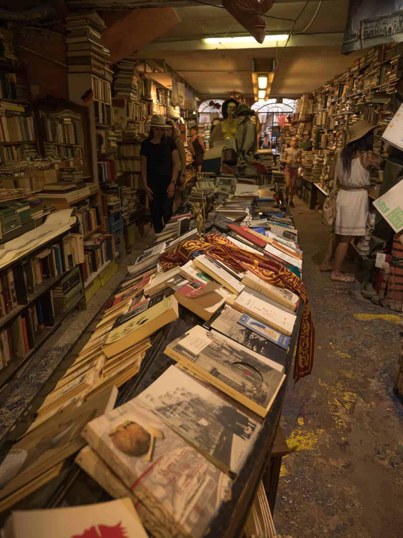 Liberia Acqua Alta Venice Bookstore Gondola